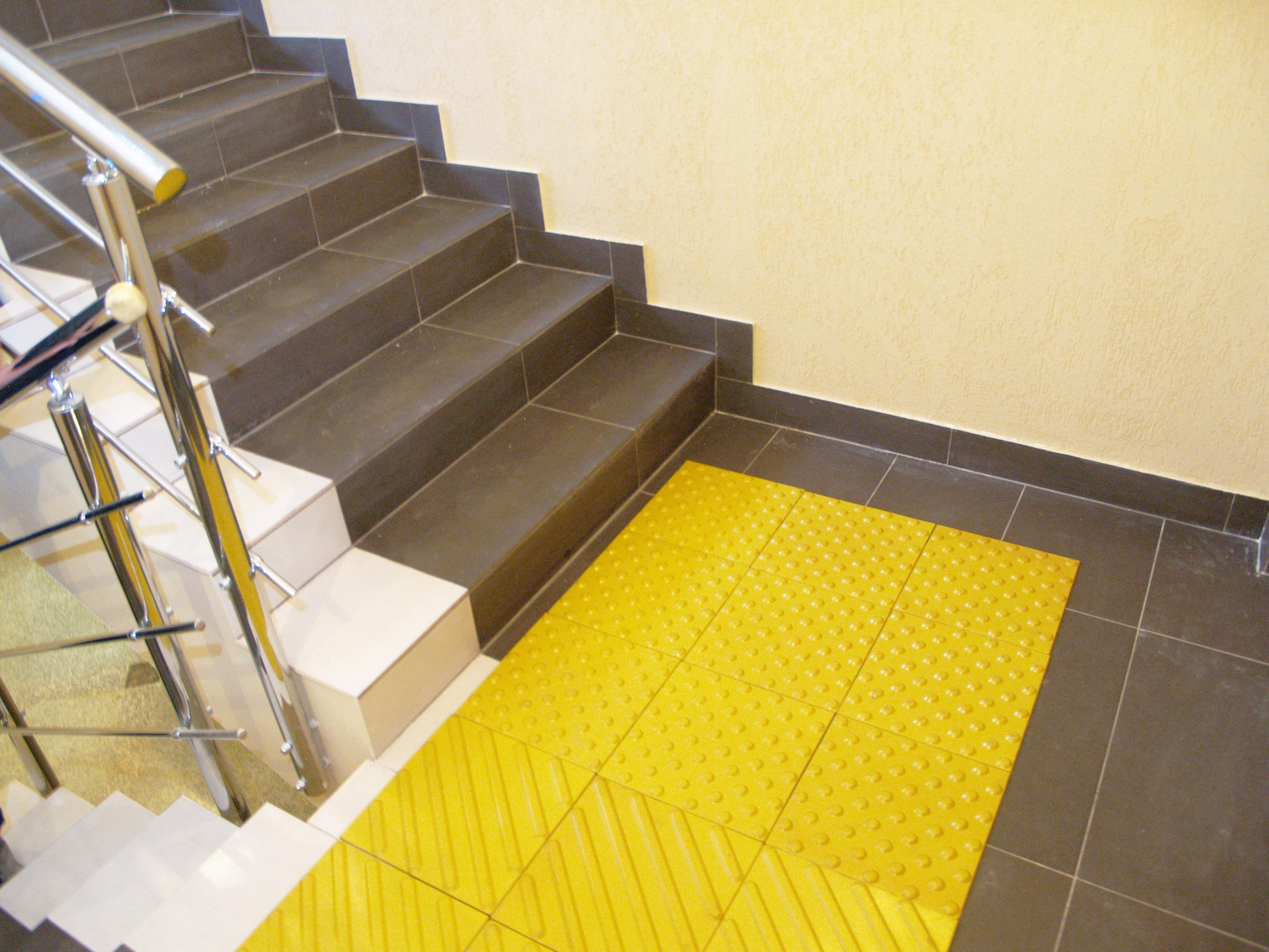 Тактильная плитка перед лестницей
