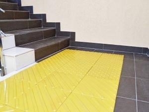 плитка слепых перед лестницей